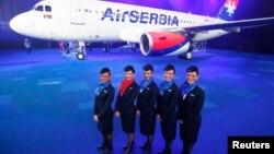 Pamje e një aeroplani dhe eukipazhi të kompanisë Air Serbia