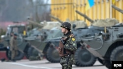 Львов қаласында тұрған Украина әскери бөлімінің техникасы. Украина, 3 наурыз 2014 жыл.