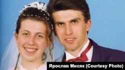 Весільне фото Ярослава Мисяка. Він вже 22 роки перебуває в ув'язнені за звинуваченням у потрійному вбивстві. Правозахисники вважають його невинуватим. Вже шостий рік триває перегляд вироку (довічного ув'язнення). Наступне судове засідання призначене на 25 лютого 2020 року