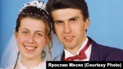 Весільне фото Ярослава Мисяка. Він вже 22 роки перебуває в ув'язнені за звинуваченням у потрійному вбивстві. Правозахисники вважають його невинуватим. Вже шостий рік триває перегляд вироку (довічного ув'язнення)