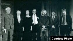 Вечер памяти Бродского в Нью-Йорке (слева направо): Шеймас Хини, Энтони Хехт, Мария Бродская, Дерек Уолкотт, Владимир Гандельсман, Пол Малдун, Глин Максвелл.