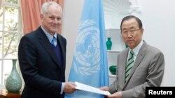 آکه سلستروم (چپ)، رییس تیم بازرسان سازمان ملل گزارش خود را به بان کی مون تحویل داده است.