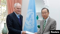Ake Sellstrom (left), head of the chemical-weapons team working in Syria, hands his report to UN Secretary-General Ban Ki-moon on September 15.