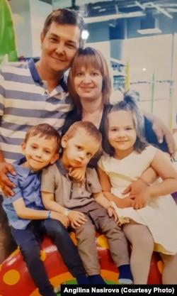 Ангилина, Руслан и их дети. Фото из семейного архива