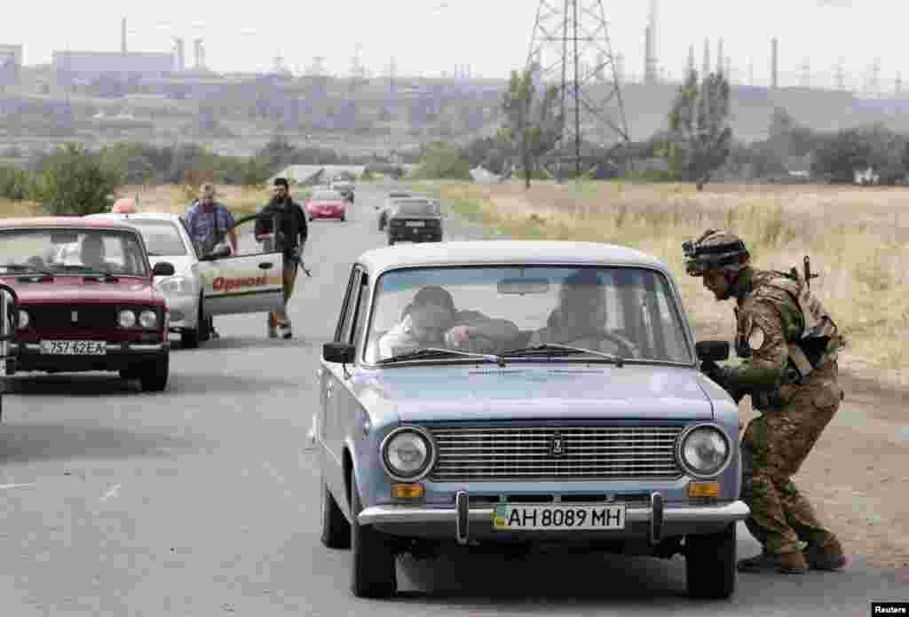 Бійці батальйону«Азов» перевіряють машини на в'їзді у Маріуполь