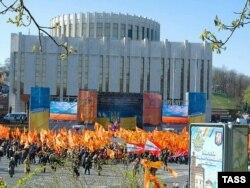 Європейська площа в Києві не раз ставала місцем масових акцій. На фото: мітинг прихильників президента Віктора Ющенка, 2007 рік. Позаду – «Український дім»