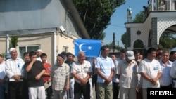 Уйгуры на территории мечети Султан Курган во время поминального обеда по погибшим в Синьцзяне. Алматы, 13 августа 2009 года.