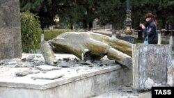 Зруйнований пам'ятник Леніну в окупованому Судаку, Крим, жовтень 2016 року
