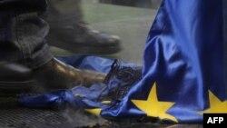 Әсіре оңшыл күштердің қарсылық шеруінде Еуропа Одағының өртенген туын таптап тұрған адам. Будапешт, 14 қаңтар 2012 жыл. (Көрнекі сурет.)