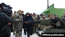 Секретар Ради національної безпеки і оборони України Олександр Турчинов оглядає техніку перед випробуванням
