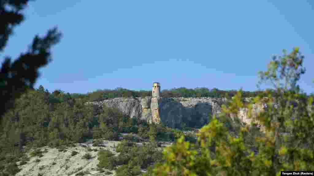 Вид на часовню на вершине горы Шулдан-Бурун, расположенную над самым обрывом на высоте 515 метров над уровнем моря. Монастырь Шулдан и жилые помещения находятся немного ниже, в скале. В скале еще в восьмом веке были выдолблены небольшие кельи, расположенные в два яруса. Сегодня в монастыре– около двадцати технических и служебных помещений, два храма. На территории монастыря круглогодично обитают иноки
