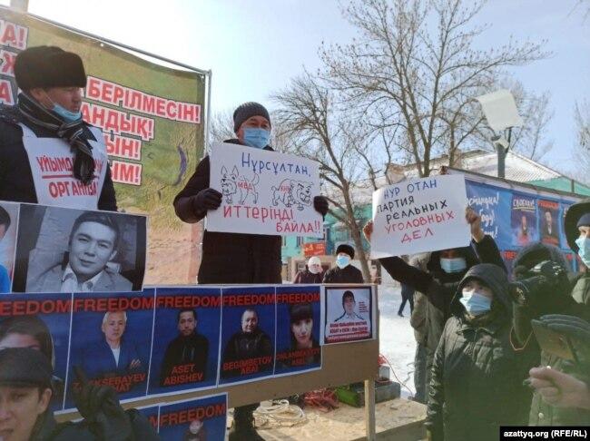 Согласованный митинг. На сцене – организатор Лукпан Ахмедьяров (справа). Уральск, 28 февраля 2021 года.
