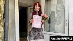 Супруга Азата Мифтахова Елена Горбань держит в руках свидетельство о браке. 23 июня 2021 года