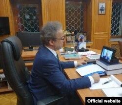 Посол Турции в Узбекистане Мехмет Сурейя Эр участвует в онлайн-симпозиуме.