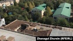 Обрушившаяся крыша здания, которое занимает филиал фонда развития предпринимательства «Даму» и другие организации. Актобе, 2 сентября 2021 года