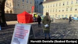 A Fővárosi Önkormányzat ingyenes koronavírus gyorstesztet biztosít a budapestieknek. Az egyik tesztpont a Városházánál 2021. február 21-én