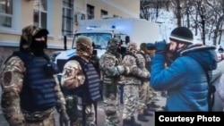 «Qırım birdemligi» jurnalisti ve Rusiye quvetçileri