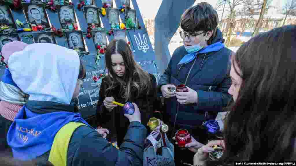 Діти запалили лампадки біля меморілу Небесної сотні