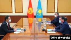 Премьер-министр Казахстана Аскар Мамин (справа), министры иностранных дел Казахстана и Кыргызстана Мухтар Тлеуберди и Руслан Казакбаев (слева) на встрече в Нур-Султане. 29 октября 2020 года.