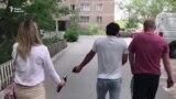 Неизвестные у дома репортера Азаттыка в Темиртау