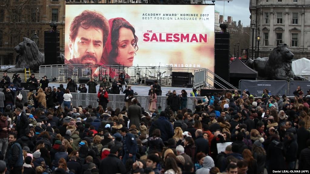 صحنهای از اکران خیابانی فیلم فروشنده در لندن در فوریه ۲۰۱۷