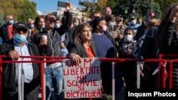 Molova - Un grup de credinciosi protesteaza in fata Catedralei Mitropolitane din Iasi, 14 octombrie 2020