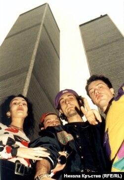 Авторът (вдясно) с Дориан, Лъчезар и Даниела под кулите, 1992 г. От четиримата на снимката само авторът е жив през 2021 г.