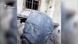 დაშლილი და დასაწყობებული ილიას ძეგლი