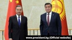 Министр иностранных дел Китая Ван И и президент Кыргызстана Сооронбай Жээнбеков. Бишкек. 14 сентября 2020 года.