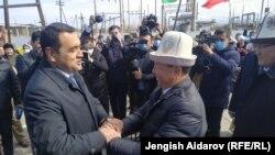 Хоким Ферганской области Хайрулло Бозоров (слева) и полномочный представитель правительства в Баткенской области Кыргызстана Омурбек Суваналиев. 1 апреля 2021 года.