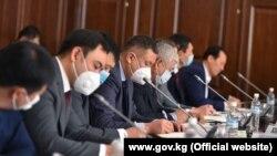 Кыргыз өкмөтүнүн аппаратынын кызматкерлери, 12-откябрь, 2020-жыл.