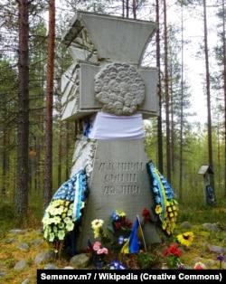 Козацький хрест «Убієнним синам України». Сандармох, 21 вересня 2013 року