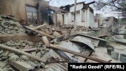 Разрушения после конфликта в селе Ходжаи Аъло, Таджикистан.