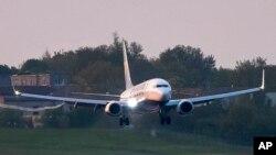 Самолетът на Райънер се приземява на летището в Минск.