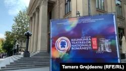 """Afișul reuniunii teatrelor naționale românești, din fața Teatrului Național """"Mihai Eminescu"""""""