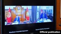 Президент Сооронбай Жээнбеков премьер-министр Кубатбек Боронов менен онлайн кеңешме өткөрүп жаткан учуру. 13-июль, 2020-жыл.