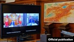 Президент Сооронбай Жээнбеков и премьер-министр Кубатбек Боронов проводят онлайн-совещание. 13 июля 2020 г.