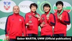 Женская сборная Кыргызстана по борьбе с тренером.