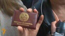 Առեւտրականները ՀՀԿ գրասենյակի առջեւ