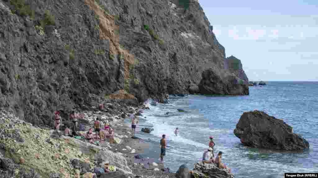 Потоки води пробили собі шлях на Царський пляж, змивши туди частину ґрунту зі схилу. Через регулярні обвали берегова лінія пляжу з кожним роком стає вужчою