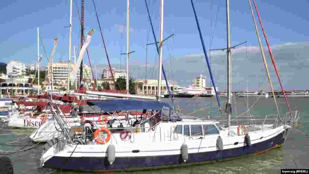 На время шторма в защищенной акватории ялтинского порта прячутся прогулочные яхты и катера