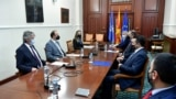 Премиерот Зоран Заев и владини претставници на средба во Собранието со претседателите на опозициските албански политички партии, Алијанса за Албанците и Алтернатива, Зијадин Села и Африм Гаши.