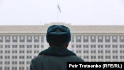 Тәуелсіздік монументін күзетіп тұрған сарбаз. 16 желтоқсан 2020 жыл.