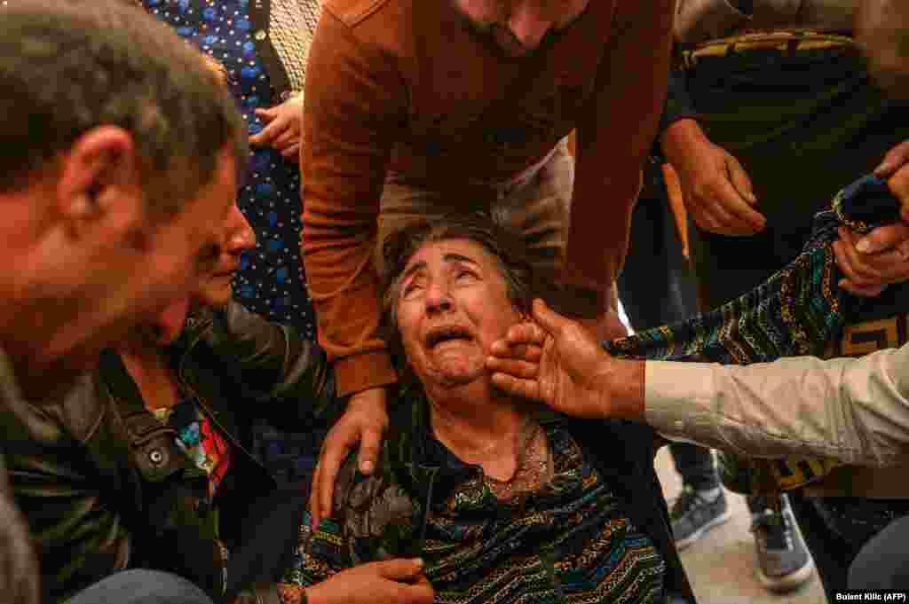 Зулейха Сахназарова потеряла своего мужа, ее дочь Медине Сахназарова – отца. Роял Сахназаров погиб в результате попадания снаряда в дом в Гяндже. 17 октября 2020 года.