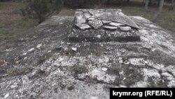 Понівечена могила на Братському кладовищі у Севастополі