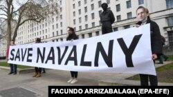"""Протестиращи в Лондон издигат лозунга """"Спасете Навални"""", 13 април 2021 г."""