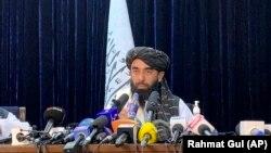 Zëdhënësi i talibanëve, Zabihullah Mujahid në konferencën e parë për media në Kabul, pas marrjes së pushtetit.