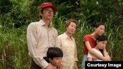 """""""Минари"""" тасмасынан кадр. Режиссеру Ли Айзек Чун."""