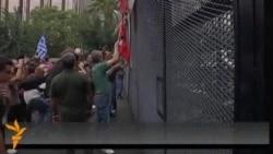 Protestuesit grekë përleshen me policinë