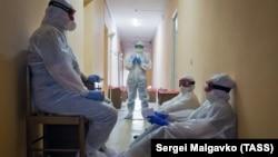 Медичні працівники в санаторії, переобладнаному в госпіталь для пацієнтів з коронавірусом, Євпаторія, 29 жовтня 2020 року